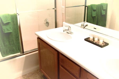 Spacious Room with Wifi & Private Bath - Henderson