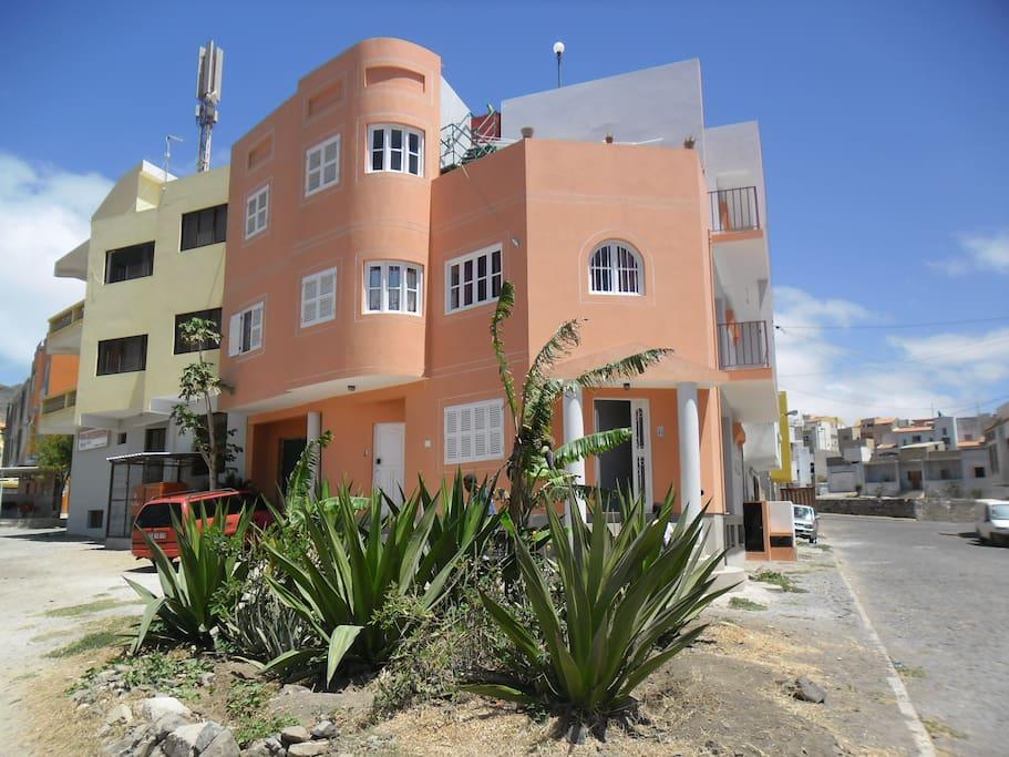 Espaço localizado na Zona Ex-Edílter, muito procurada de Mindelo, a 5 minutos da Praia da Laginha, a entrada da Avenida Chã de Alecrim.