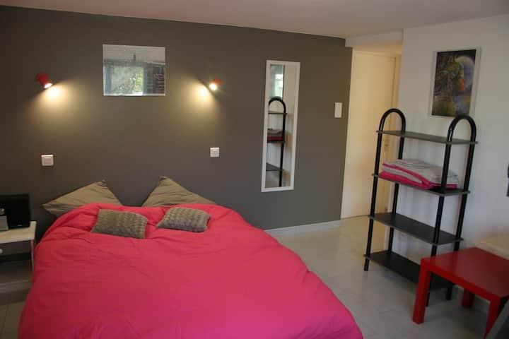 Jolie chambre + salon avec clic-clac, au calme