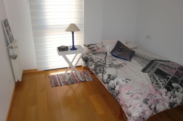 Habitación doble a 5Km del centro de Pamplona - Sarriguren - Talo