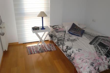 Habitación doble a 5Km del centro de Pamplona - Sarriguren
