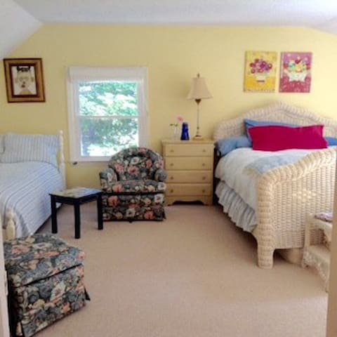Queen Bed w/ Twin Bed