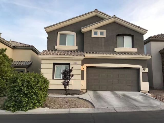 Big new house 18 min near airport & strip &outlets