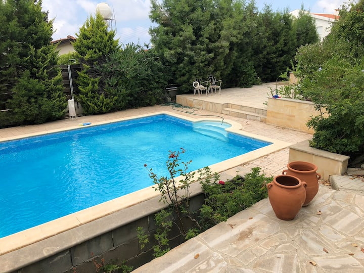 Sunny single room with shared pool