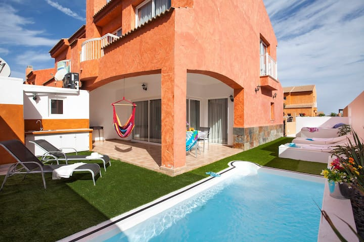 Magnificent house with private pool in idyllic area of Corralejo.