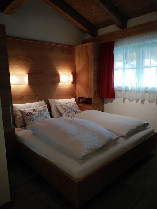 De kamer met dubbelbed (180x200) bevindt zich op de bovenverdieping