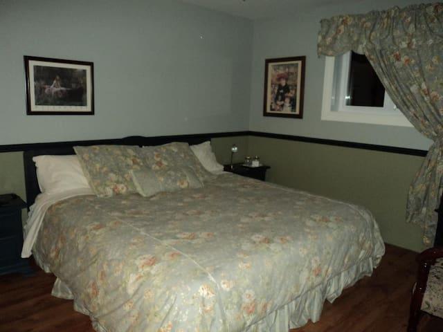 """Double room-""""Romantique""""-Ensuite-King-River view"""