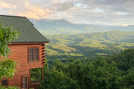 Beautiful Log Cabin w/ Breathtaking Mountain View!