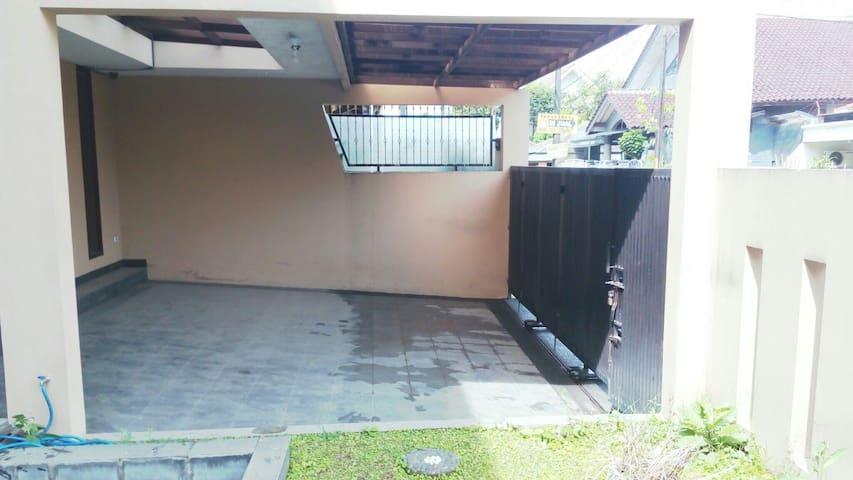 cozy house at middle bandung - Bandung - House