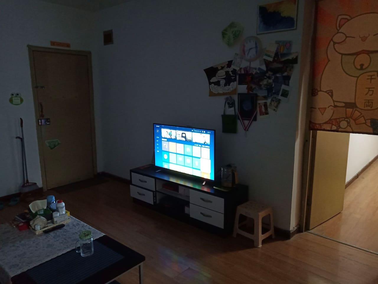 客厅有电视,茶几,沙发,沙发打开可以睡两个人。