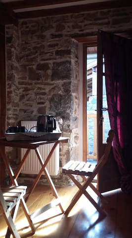 Belle chambre spacieuse dans maison de montagne.