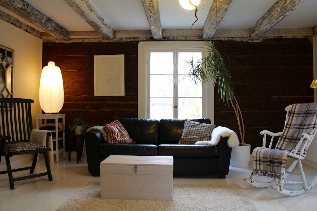 Tilavassa olohuoneessa on istuskeluryhmän lisäksi mm. takka, ruokailuryhmä ja piano.
