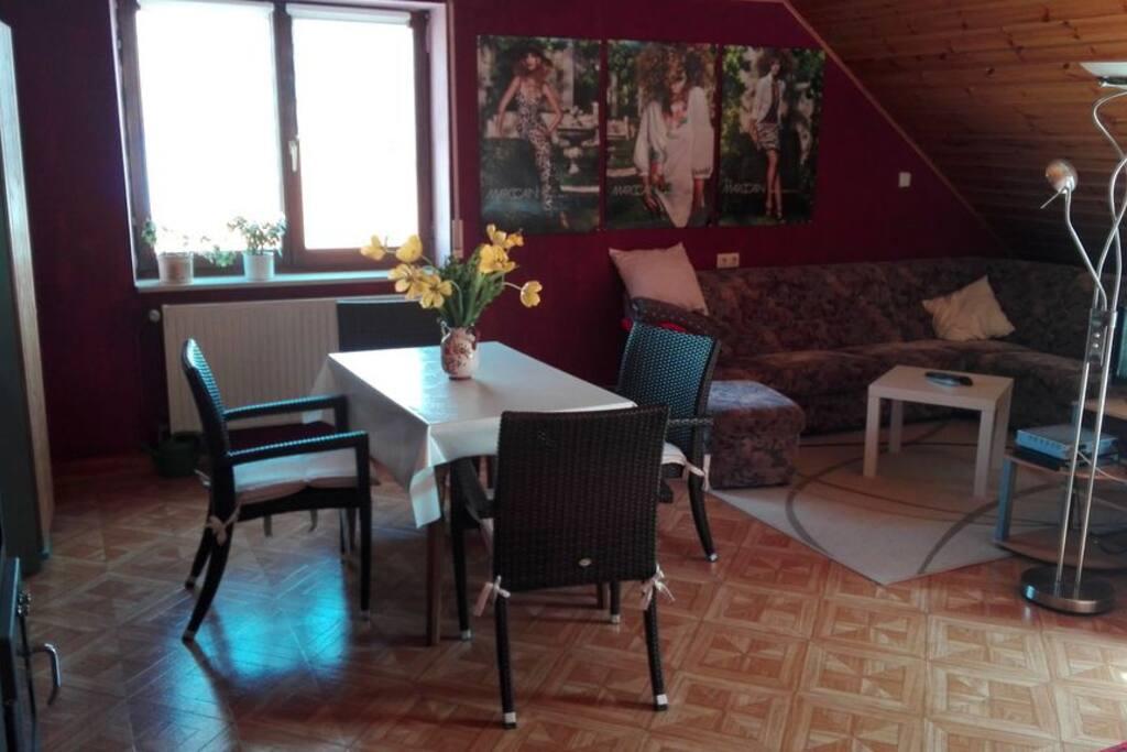 Wohnzimmer mit Essecke/Living Room