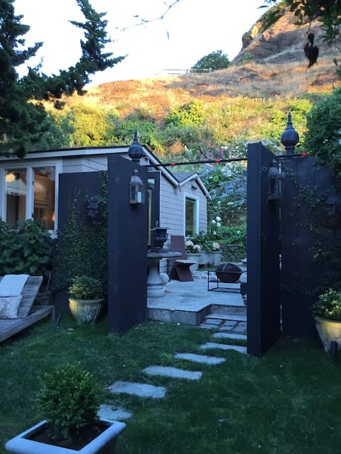 Magical tiny cottage with garden -Cole Valley