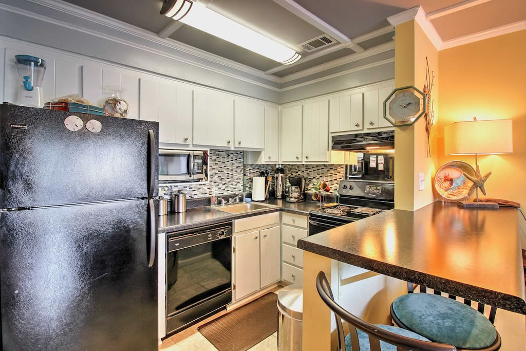 Nestled on the ground floor of the Endless Summer Condominiums complex, this cozy and convenient condo is just steps away from the beach!