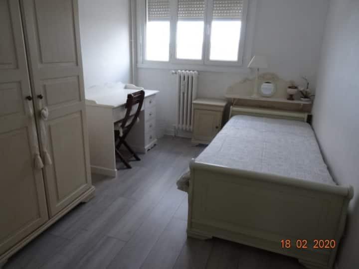 Chambre chaleureuse prête à vous accueillir