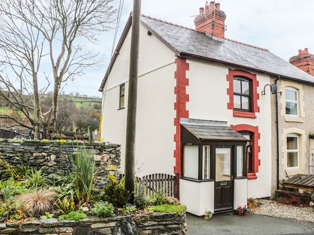 TY-BACH, pet friendly, with open fire in Glyn Ceiriog, Ref 963420