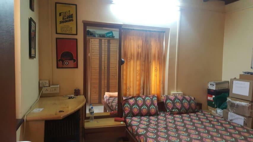 Spacious Room 3 in Vintage Bungalow - Mumbai  - Huis
