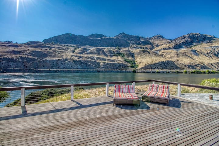 Stunning 7,000 sq ft riverfront home w/hot tub and game room near Chelan