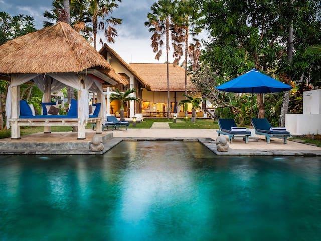 Villa Cantik: Luxury spacious beach front villa!