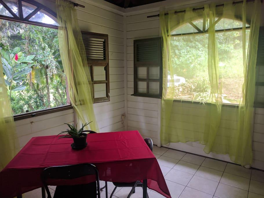 salle de vie disposant d'une table et d'un canapé, lieu très ventilé et calme