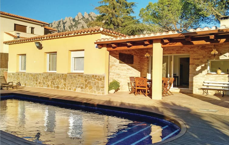Holiday cottage with 4 bedrooms on 150 m² in Collbató