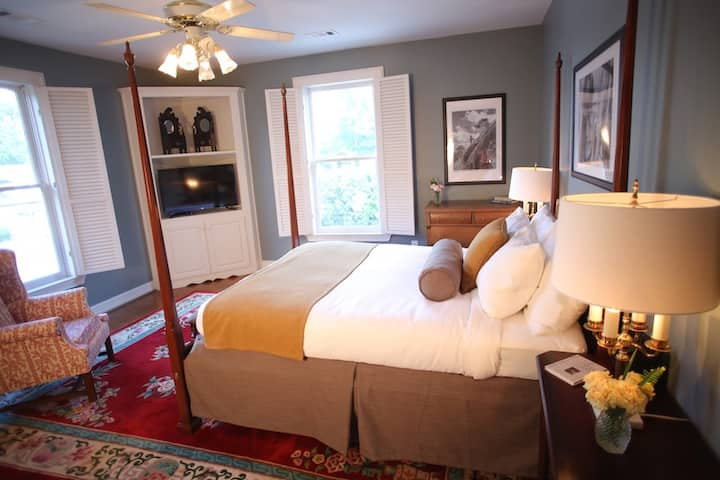 Manor Guest Room, King Bed, Breakfast, Walk to Village & Mountain!