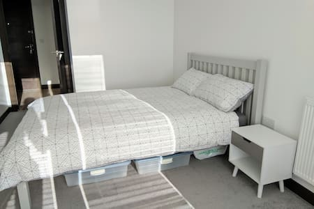 Nice room in central Reading (w private bathroom)