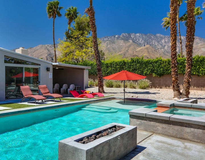 Mid-century modern home with mountain views, private pool & spa - dogs welcome!