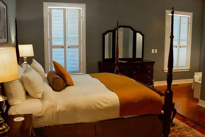 Manor Guest Room with Spa, King Bed, Breakfast, Walk to Village & Mountain!