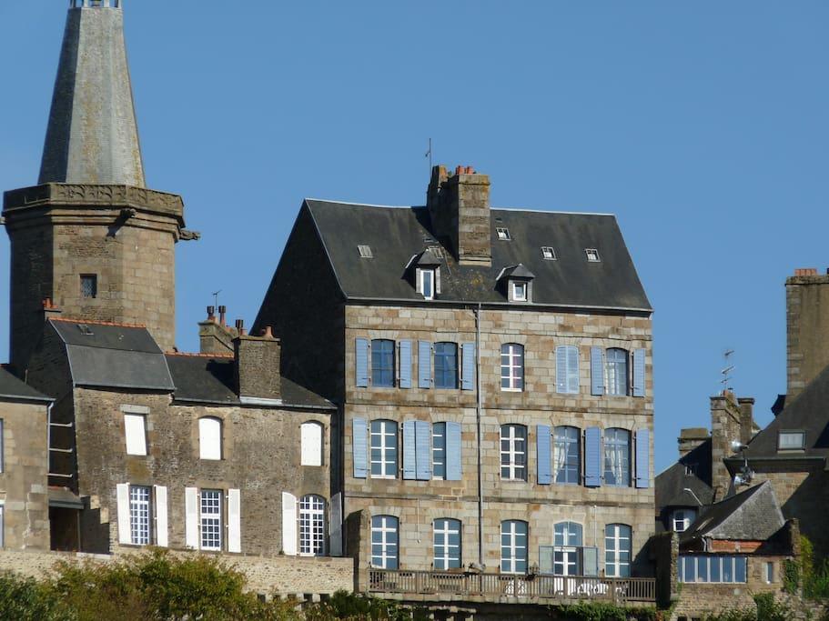 Notre maison , façade ouest juchée sur les remparts.