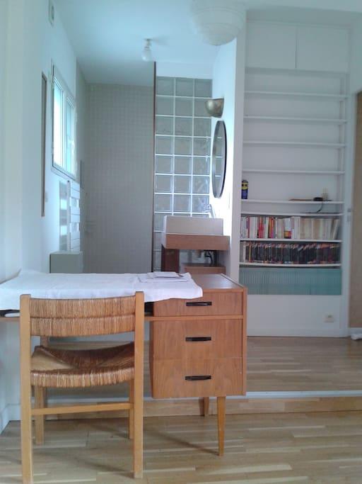 la salle de bains et un petit bureau