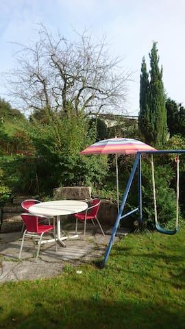 Gerne darf an der Morgensonne im eigenen Gartenteil gefrühstückt werden.
