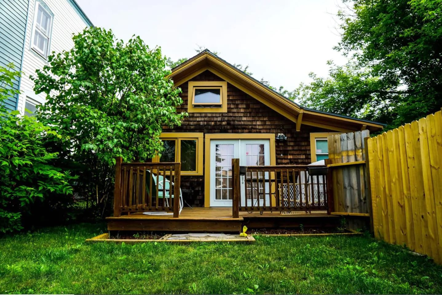 Welcome to your cozy Burlington getaway! Private deck, entrance, & fenced in yard exclusive to airbnb guest, and only 3 minute walk to top of Church St!