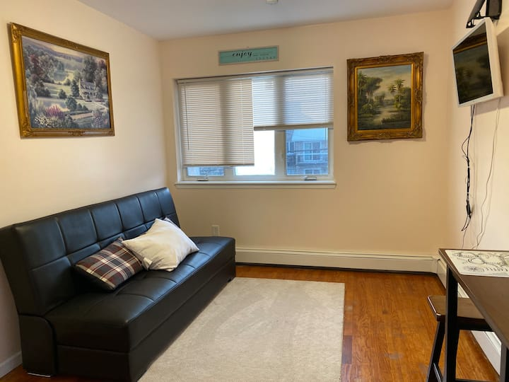 Private Apartment w/ balcony 5 min from LGA.