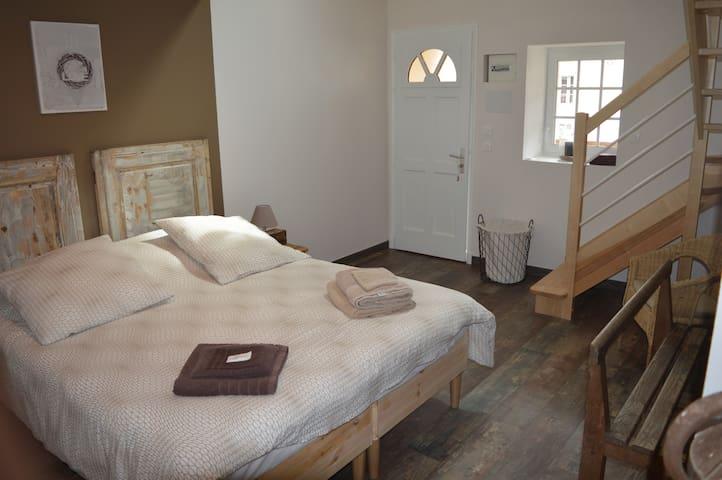 Chambre Colombe - Gite de la Cour - campandré valcongrain - Bed & Breakfast