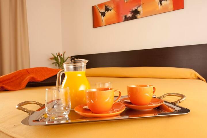 camera moderna con bagno privato e colazione