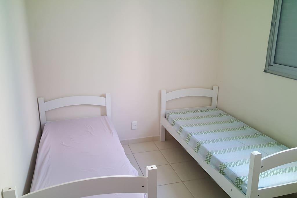 Dormitório com 2 camas de solteiros e ventilador de teto