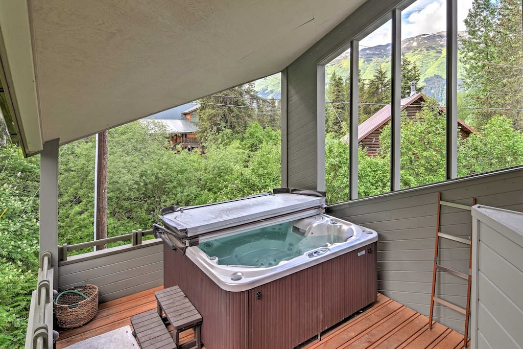 Sit back and relax in the private hot tub, ease your muscles in the sauna, or walk to the ski resort for mountain-top dining and a unique shopping experience.