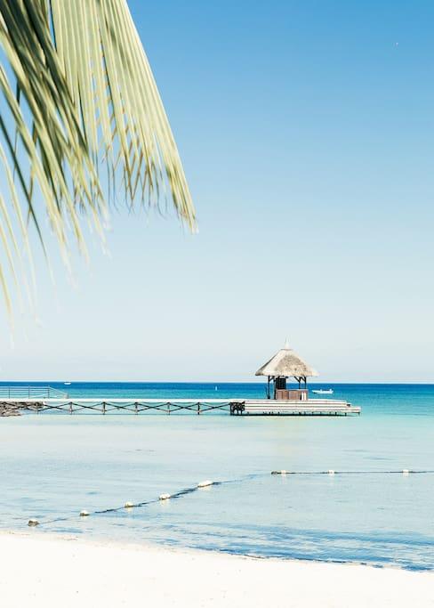 le pont devant le Club Med accessible à tous les voyageurs.