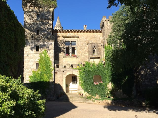 Chambre dans un château familial du XIème siècle - Montarnaud