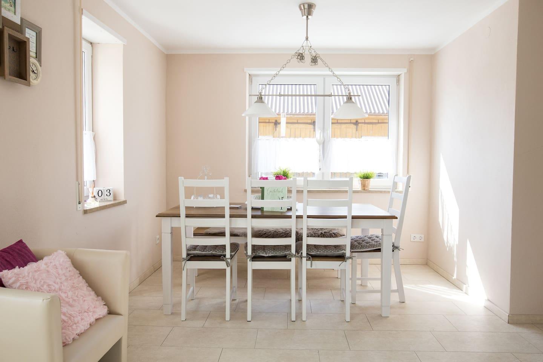 Eine schöne Sitzecke, in der Wohnküche.