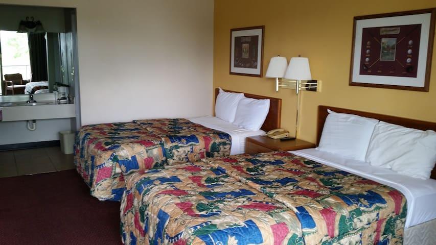 Diamondhead Inn ROOM 2 FULL beds UPSTAIRS NoSmokin