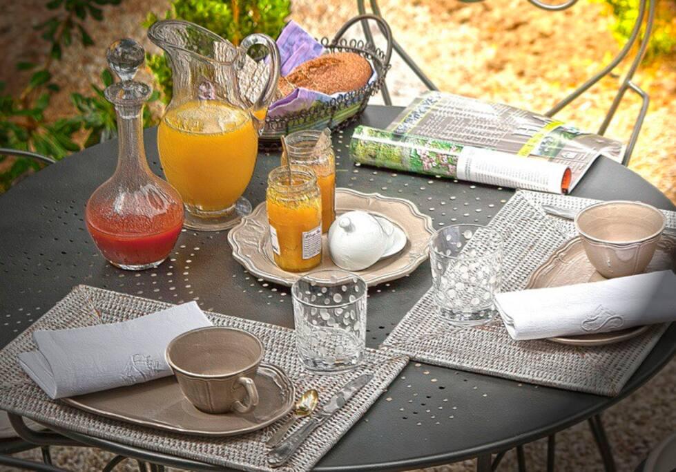 Table des petits déjeuners, exemple,au jardin. Breakfast.