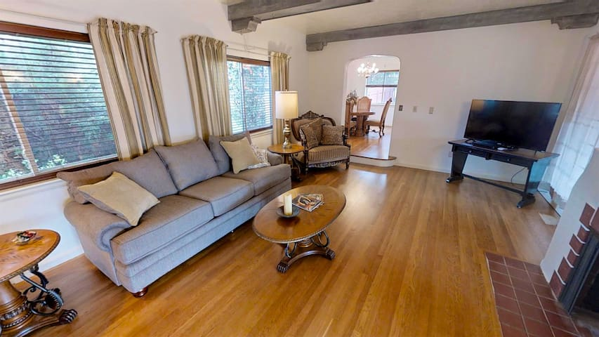 2 Bdrm Cornali Cottage located in heart of town