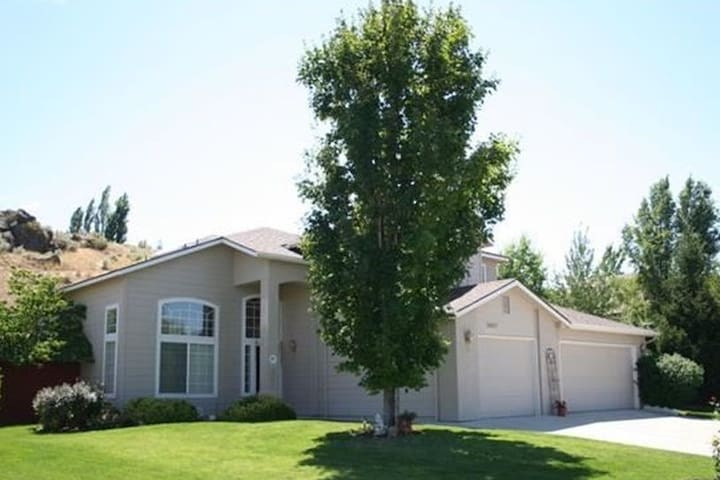 Spacious SE Boise - 2 private rooms & bathroom