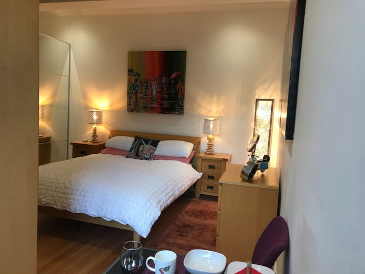 Glasgow West End spacious bedroom and own bathroom