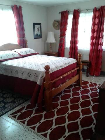 Castle da Rest (Red Room), May Pen, Clarendon, JA