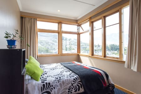 Room in cozy little central house. - Queenstown - House