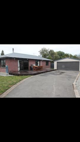 Private back section/handy location - Christchurch - Hus